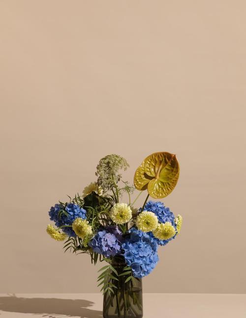 Silhouette glass vase